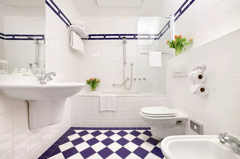 белая плитка в ванной комнате вдохновение